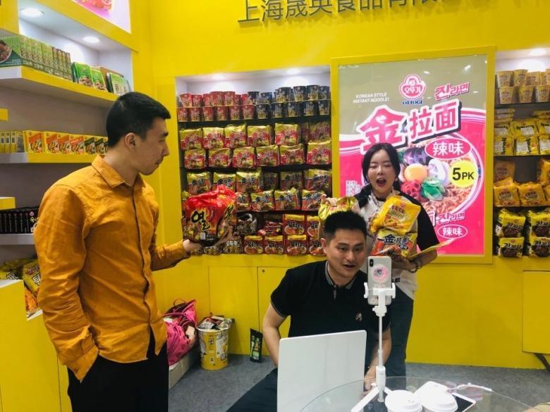 중국의 식품 전문 왕홍인 싸이엔찌앙 씨가 시알 차이나 2019 오뚜기 부스에서 라이브 방송을 진행하고 있다