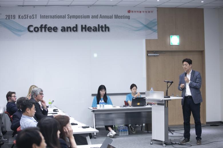 인천 송도컨벤시아에서 열린 '2019 한국식품과학회 국제학술대회'에서 이기원 서울대교수가 강의를 진행하고 있다.