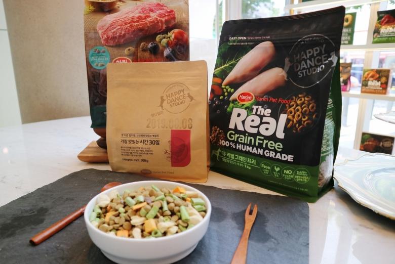 하림펫푸드의 '더리얼', '밥이 보약', '가장 맛있는시간 30일' 제품들. [사진=육성연 기자]