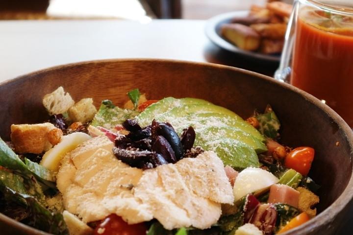 뉴오리진 '아보카도 멕시콥' 샐러드와 건강음료인 '사막당근 주스' [사진=육성연 기자]
