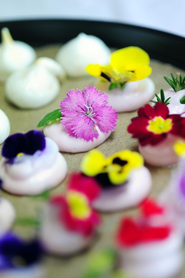 머랭위에 올린 식용꽃