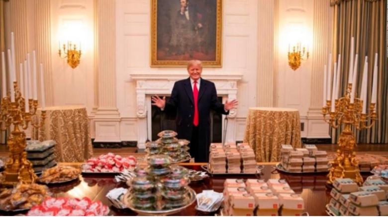 지난해 1월 트럼프 대통령이 백악관 관계자들에게 대접한 맥도날드 햄버거 /사진=백악관 공식 트위터