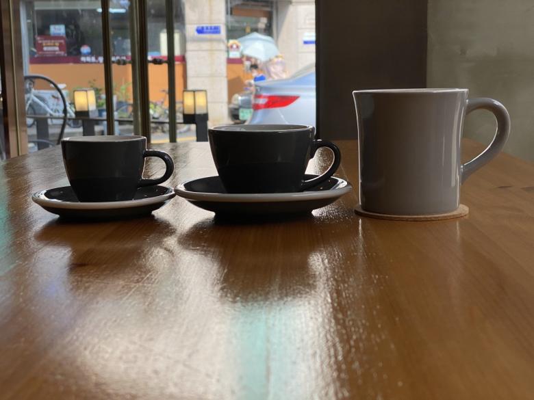 메뉴별로 다른 커피잔들, (왼쪽부터 순서대로) 에스프레소·마끼아또 등에 사용하는 가장 작은 데미타세 잔, 5온스(oz)의 플랫화이트 잔, 12온스의 일반 라떼·아메리카노 잔[사진=엔터하츠 제공]