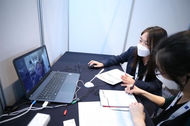 EU 게이트웨이 전시상담회에서 유럽업체와 국내업체가 통역사와 함께 화상 미팅을 진행하고 있다. [사진=EU게이트웨이 제공]