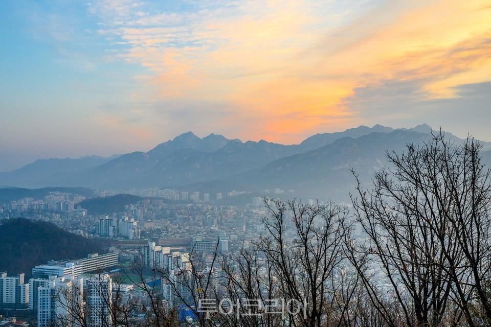 북한산의 하늘을 붉게 물들이는 여명