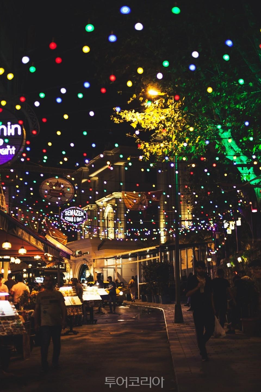 알록달록 불빛으로 장식된 이스탄불 거리 (c)flickr_Vadim Istratov