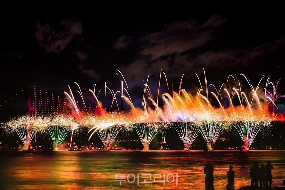 새해를 알리는 보스포러스 대교 위의 화려한 불꽃놀이 Pixabay_Alpcem