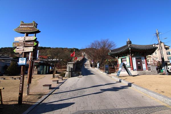 관광안내소를 지나 서남암문으로 오르는 계단