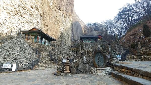 이갑룡 처사가 손수 쌓았다는 돌탑들이 즐비한 탑사.