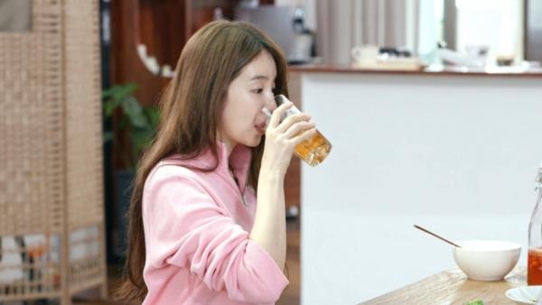 배우 윤은혜가 선보인 콤부차 [사진=KBS TV '신상출시 편스토랑' 화면 캡처]