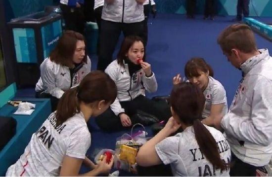 평창올림픽 당시 한국 딸기를 먹던 일본 여자 컬링대표팀 모습 [사진=일본 NHK 방송 캡쳐]