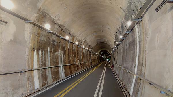 터널 안은 밝게 조명이 잘 되어있다.