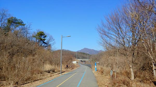 다시 시작된 남한강 자전거길과의 동행. 저 멀리 운길산이 보인다.