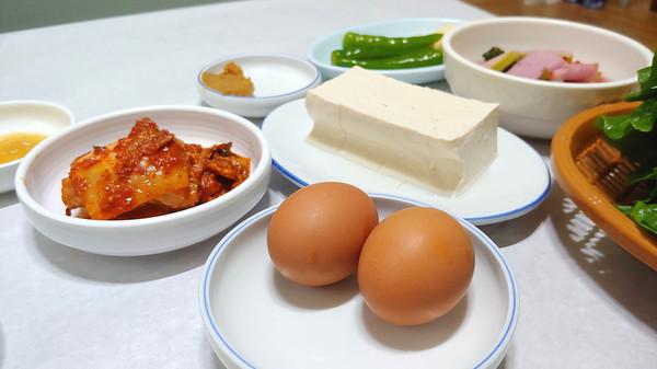 기본찬과 쌈채소 옆에 토종닭이 낳은 삶은 계란도 놓인다.