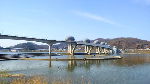 맑은 남한강변과 이포보