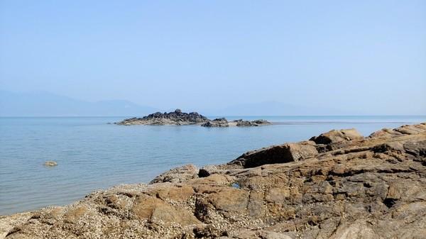 해안가에서 바라본 작은 바위섬