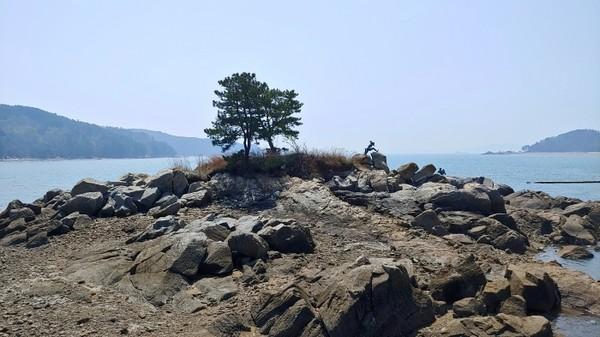 모도 연도교 입구의 조형물과 바위섬