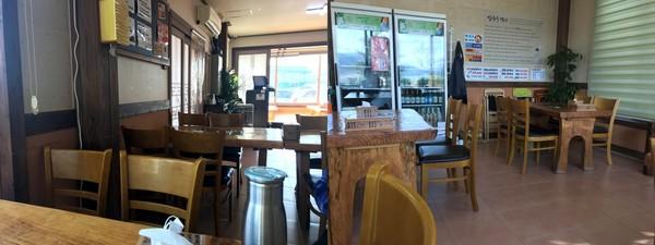 내부. 테이블이 넓게 떨어져 편하게 식사할 수 있다. 별도로 방도 준비되어 있다.