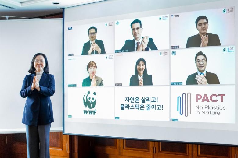 홍윤희 WWF 한국본부 사무총장이 6개 기업에 PACT 가입 환영 인사를 전하고 있다. [WWF제공]
