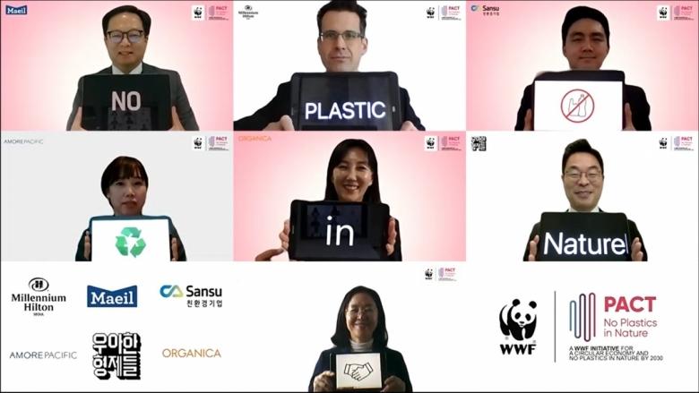 WWF-Korea(세계자연기금 한국본부)가 21일 밀레니엄 힐튼 서울에서 국내 6개사와 함께 플라스틱으로 인한 환경 문제 해결을 위한 의지와 비전을 공유하는 'PACT(Plastic ACTion)' 기업 공동 선언식을 개최했다. 'PACT' 공동 선언에 가입한 기업들과 WWF가 선언식 개최를 축하하는 기념 촬영을 하고 있다. [WWF제공]