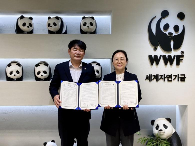 WWF-Korea와 은하수산이 27일 서울시 종로구 WWF-Korea 사무실에서 업무 협약을 체결했다. (좌측부터)이현우 은하수산 대표와 홍윤희 WWF-Korea 사무총장 [WWF 제공]