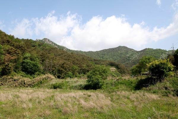 용진산의 멋진 능선과 두 봉우리가 보인다.