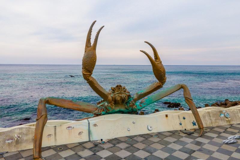 거일마을의 대게 조형물. 거대한 대게가 바다에서 육지로 올라오는 모습을 하고 있다