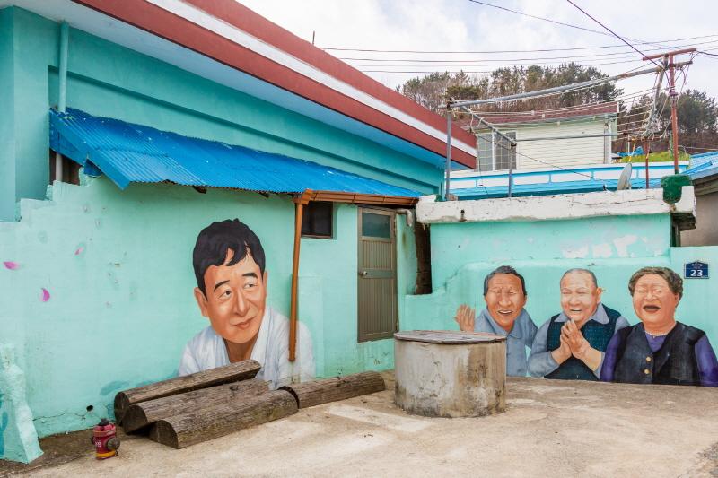 골목에서 만나는 정겨운 벽화. TV 예능 '백년손님'에 나온 남서방과 동네 어르신 얼굴이 주를 이룬다
