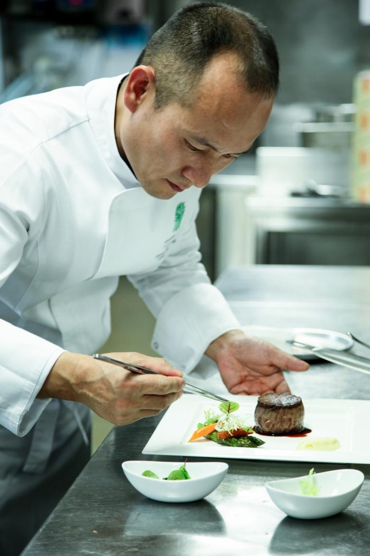 조성호 총주방장이 요리를 플레이팅하고 있다. [반얀트리 클럽 앤 스파 제공]