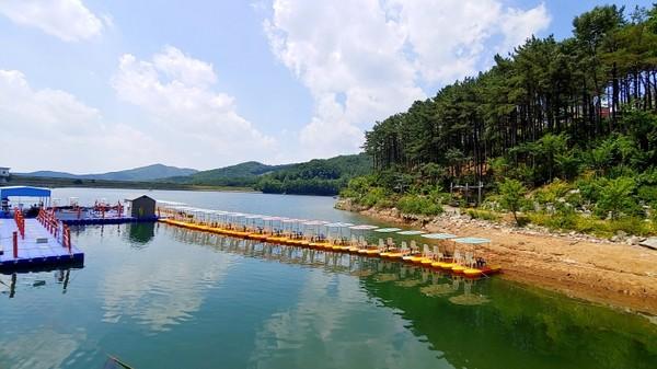 수상레저를 즐길 수 있는 시설도 있다.