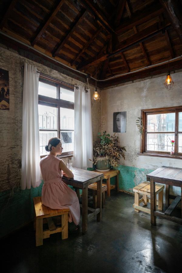 창에서 들어오는 입사광으로 촬영한 사진들. 서울 오제도 카페