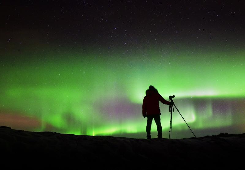 오로라를 만났을 때도 마찬가지. 오로라 속에 인물을 멋지게 실루엣으로 표현해 보자. 아이슬란드 셀포스