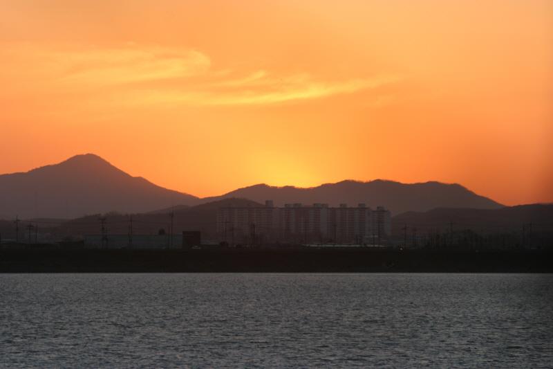임진강의 저녁 무렵. 강과 하늘이 붉게 물든다
