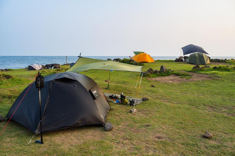 그늘이 없는 비양도 야영장에서 여름 캠핑을 하려면 타프는 필수다