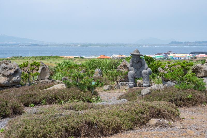 가파도 곳곳에는 익살스러운 돌하루방 조형물들이 세워져 있다