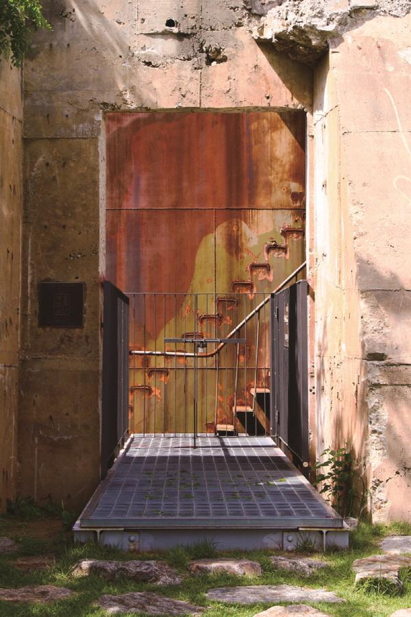 탱크의 녹슨 철벽과 인부들이 오르락내리락 이용했던 계단이 그대로 남아 있다