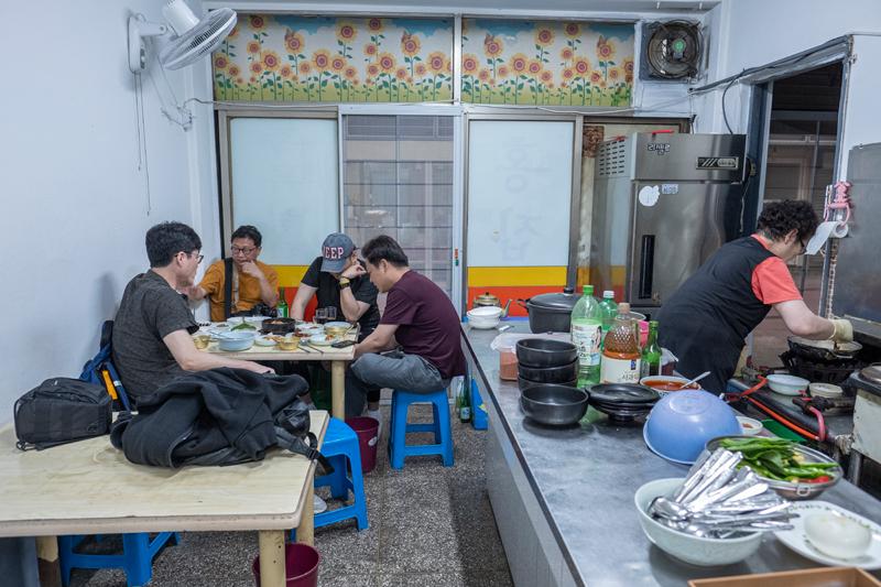 홍집 내부. '각시' 가 잠깐 봐 달라고 한 40년 전부터 지금까지 아주머니가 가게를 지키고 있다