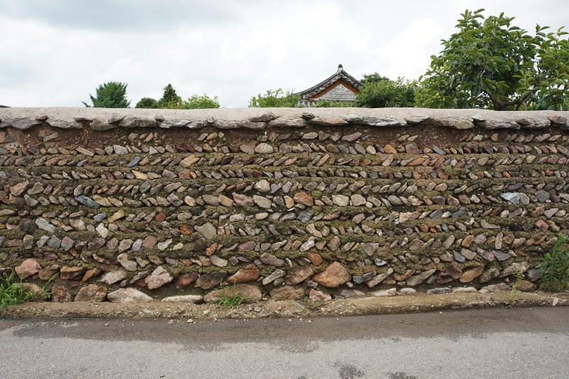 병영면 마을의 담장은 빗살무늬가 특징이다. 게다가 유난히 높다