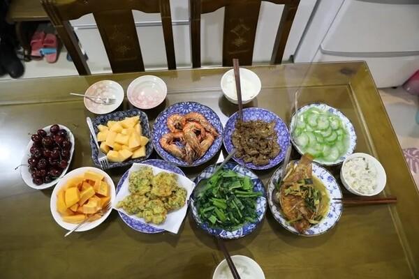◇ 다나카 요시오씨가 즐겨드는 식사. 백세 넘은 나이에도 불구하고 식사량이 많다. 평소 일을 하고 몸을 활발하게 움직이기 때문이라고 한다.